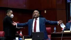 Héctor Acosta llora en el Senado y se pregunta qué precio está pagando por ataques en su contra
